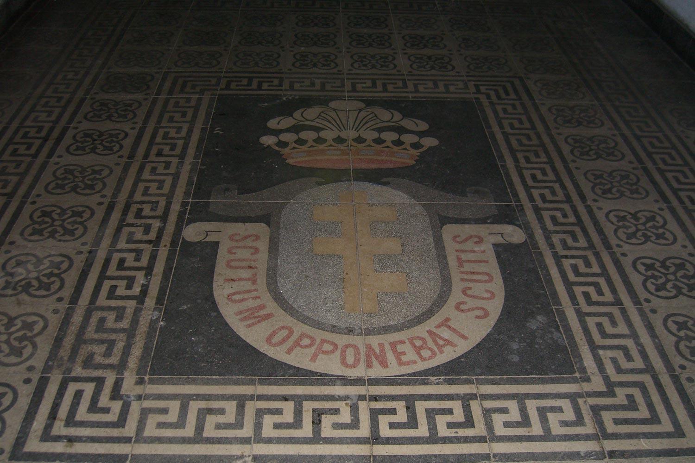 Herb Potockich na podłodze - Zamek w Zatorze