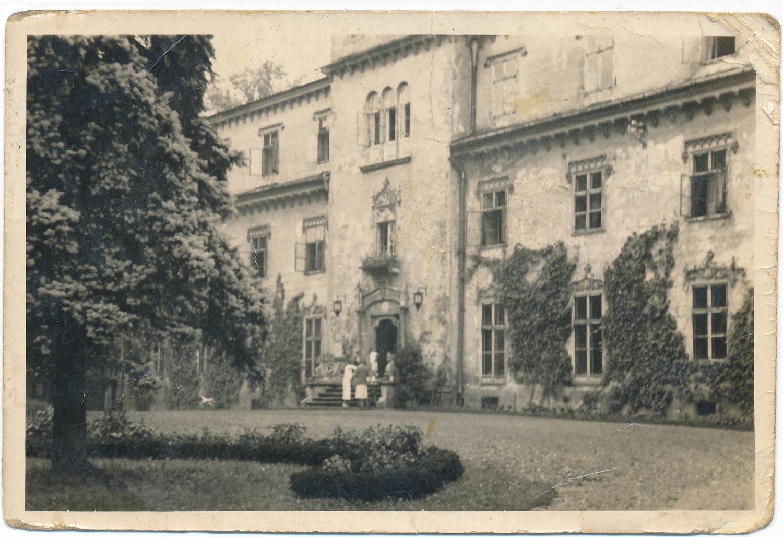 Rodzina przed zamkiem - Zamek w Zatorze